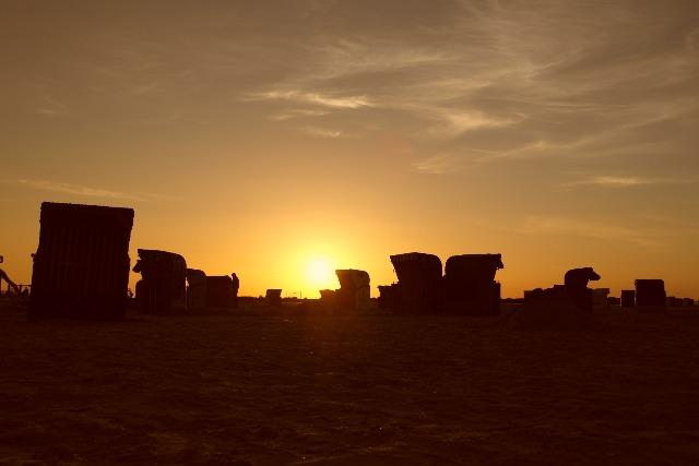 Sonnenuntergang mit Strandkörben