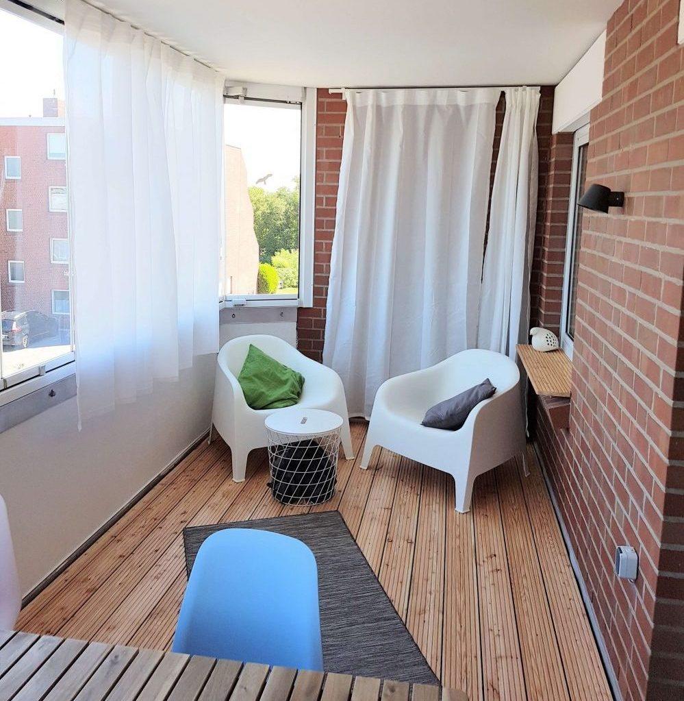 Lichdurchfluteter Balkon mit Holzboden